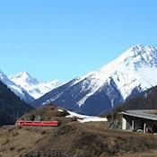 Zug in alpiner Region