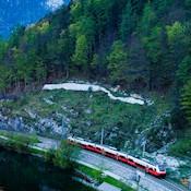 Zug vor Alpenlandschaft